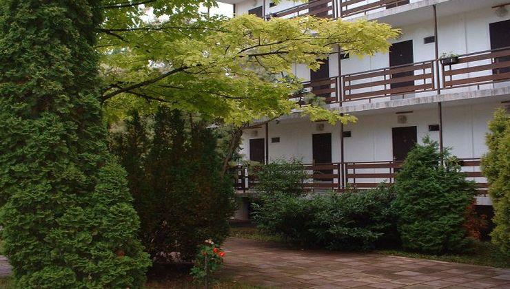 Edzőtábor - Balatonszárszó Ifjúsági Hotel és Tábor - udvar rész 2