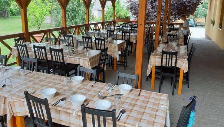 Edzőtábor - Kőröshegy-B Tábor - étkező terasz