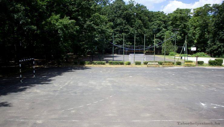 Edzőtábor, táborhely - Tata Ifjúsági Tábor - Sportpályák