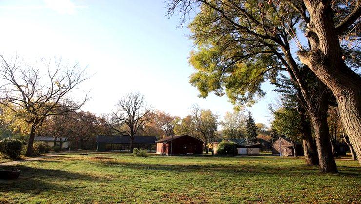 Edzőtábor, táborhely - Velence Ifjúsági Tábor - udvar