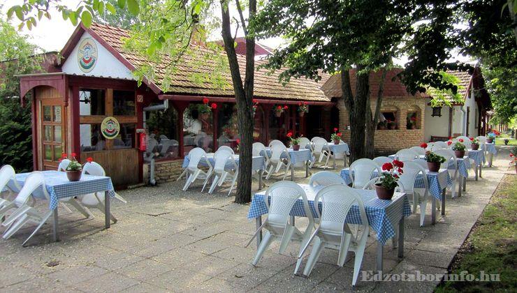 Edzőtábor - Csemő Ifjúsági Tábor - kinti étterem