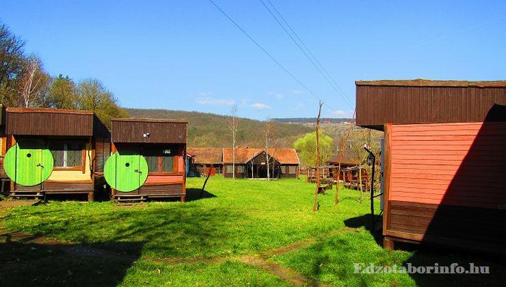 Edzőtábor - Katalinpuszta Ifjúsági Tábor - faházak